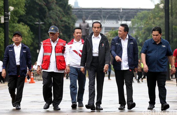 Jokowi tiba di GBK Senayan pukul 15.00 WIB mengenakan jaket hitam didampingi oleh menteri PUPR Basuki Hadimuljono.