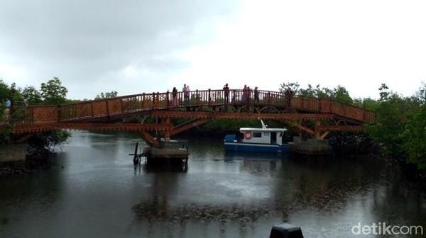 Di tengah-tengah hutan, ada spot paling asyik buat ber-selfie yakni jembatan kayu berlatar belakang alam mangrove. (Datuk Haris/detikTravel)