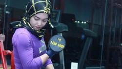 Potret Aten, Hijabers Cantik Berotot Kekar yang Doyan Nge-Gym