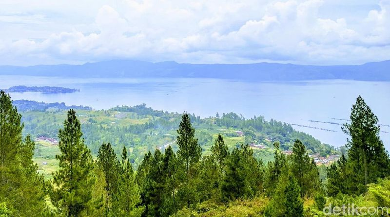 Inilah keindahan Danau Toba yang selalu bikin kangen wisatawan dan siapapun yang berasal dari sana. Ini pemandangan dari Desa Nainggolan di Pulau Samosir (Sena Pertiwi/detikTravel)