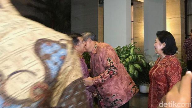Wapres JK cipika cipiki dengan Presiden ke-6 RI Susilo Bambang Yudhoyono.