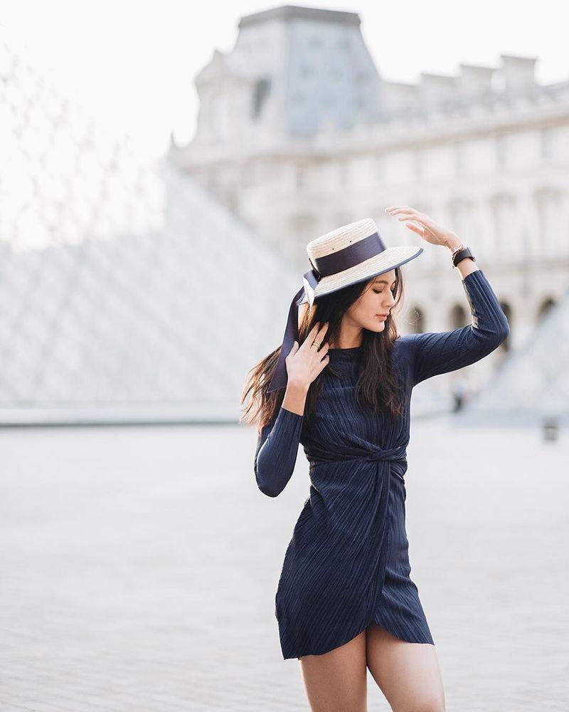 Model cantik Paula Verhoeven akhirnya dikenalkan ke publik sebagai kekasih aktor ganteng Baim Wong. Paula berprofesi sebagai seorang model. Ini pose Paula saat di depan Museum Louvre. (Instagram/Paula Verhoeven)