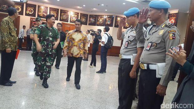 Tampak Panglima TNI dan Mentan juga tiba di lokasi rapat