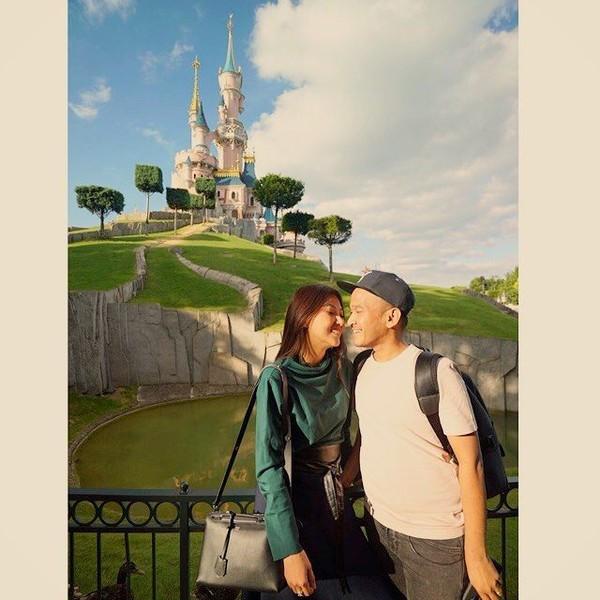 Ruben Onsu juga mengabadikan momen romantisnya bersama Surwendah di Disneyland Paris. Uh, bikin iri nih! (ruben_onsu/Instagram)
