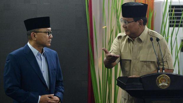 Ketua Umum PAN Zulkifli Hasan (kiri) bersama Ketua Umum Partai Gerindra Prabowo Subianto (kanan), di Jakarta, Senin (25/6).