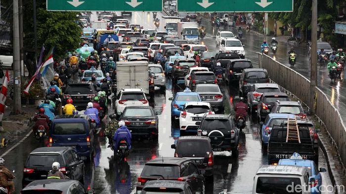 Usai libur Lebaran, lalu lintas Jakarta kembali macet. Seperti terlihat di Jalan Jenderal Basuki Rachmat, Jakarta Timur, Senin (25/6/2018).