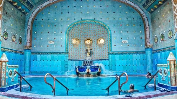 Dilihat dari CNN Travel, paling tidak ada 10 tempat di Budapest yang menjadi lokasi syuting film Hollywood. Yang pertama ada Gellert Hotel and Baths di tepi Sungai Danube, yang masuk dalam film tahun 1996 yaitu Evita (Gellert Baths)
