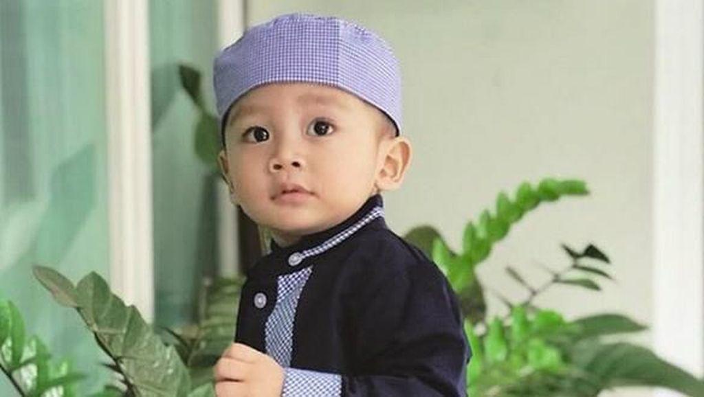 Potret Menggemaskan Athala, Anak Bungsu Arie Untung-Fenita