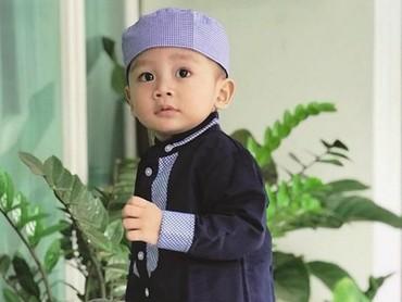 Perkenalkan ini anak bungsu Arie Untung dan Fenita Arie. Namanya Mezbareta Yusuf Athalla dan berumur hampir 2 tahun. (Foto: Instagram @baby_athalla)