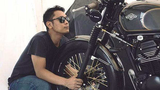 Ateng dengan motor Kawasaki hasil modifikasinya