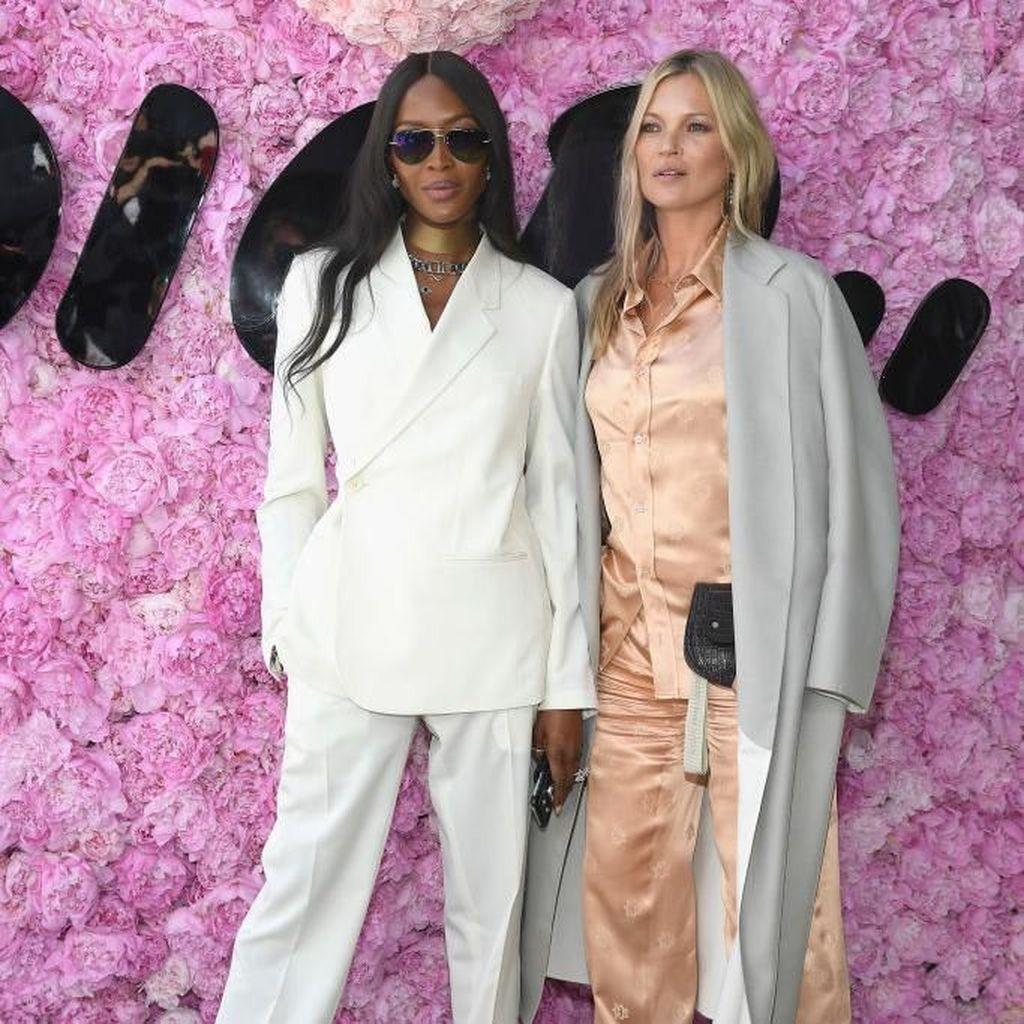 Adu Gaya Kate Moss Vs Naomi Campbell di Show Dior, Siapa Lebih Keren?