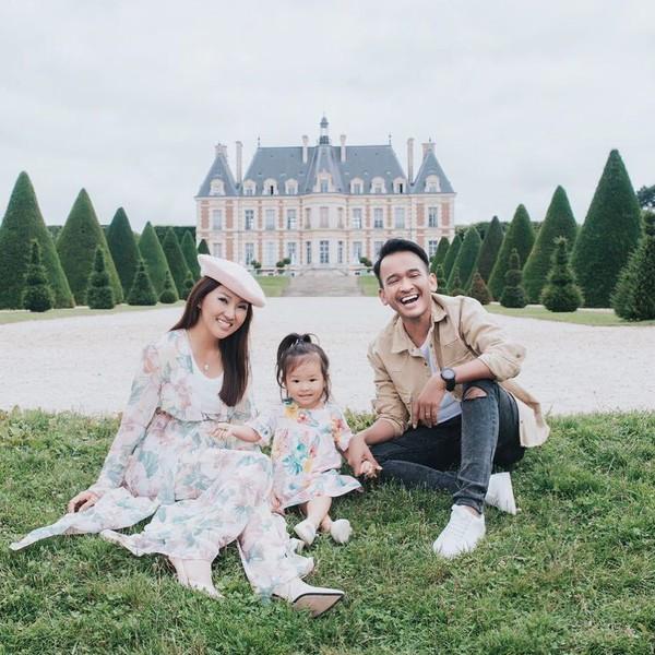 Dari postingan Instagram lainnya, Ruben berfoto keluarga di depan Parc de Sceaux. Ini merupakan taman yang elegan di Prancis. Thalia lucu banget sih, gemas! (ruben_onsu/Instagram)