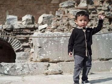 Athalla lagi liburan di Istana Ephesus, Turki nih. (Foto: Instagram @baby_athalla)