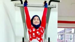 Fatin Suhaida Razali asal Malaysia viral di internet karena gaya hidup yang tidak biasa. Ia adalah wanita berhijab yang bangga dengan otot-otot kekarnya.