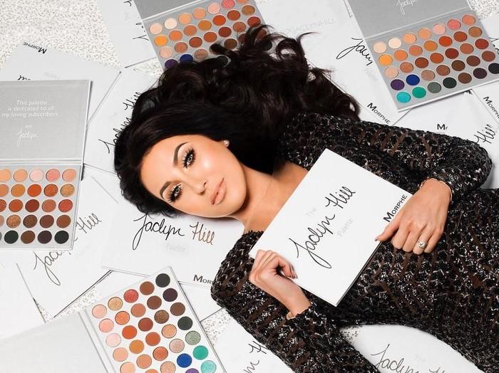 Beauty vlogger Jaclyn Hill menggunakan produk-produk kecantikan mewah sebelum makeup.Foto: Instagram Jaclyn Hill