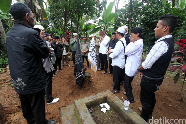Jenazah Hari Moekti telah dimakamkan. Jenazah dimakamkan di Kampung Pasir Kuda RT 04 RW04, Desa Pancawati, Kecamatan Caringin, Kabupaten Bogor, Senin (25/6). Foto: Lamhot Aritonang