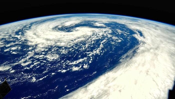 Bumi sedang mengalami pergeseran kutub magnet utara yang membuat medan magnet di seluruh dunia berubah. Foto: Instagram/roscosmosofficial