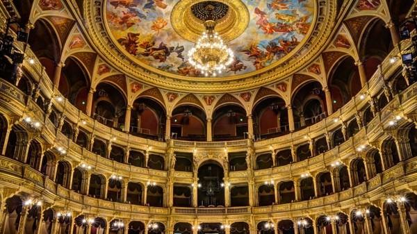 Hungarian State Opera House yang begitu megah, menjadi tempat dalam adegan pembuka film Red Sparrow (Hungarian National Tourist Office)