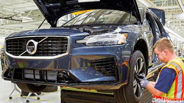 Pekerja merakit komponen mobil Volvo S60