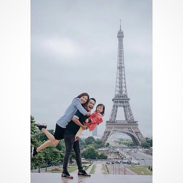 Inilah potret keseruan Ruben Onsu dan keluarga saat berada di Menara Eiffel, ikon-ya Kota Paris. Lucu ya? (ruben_onsu/Instagram)