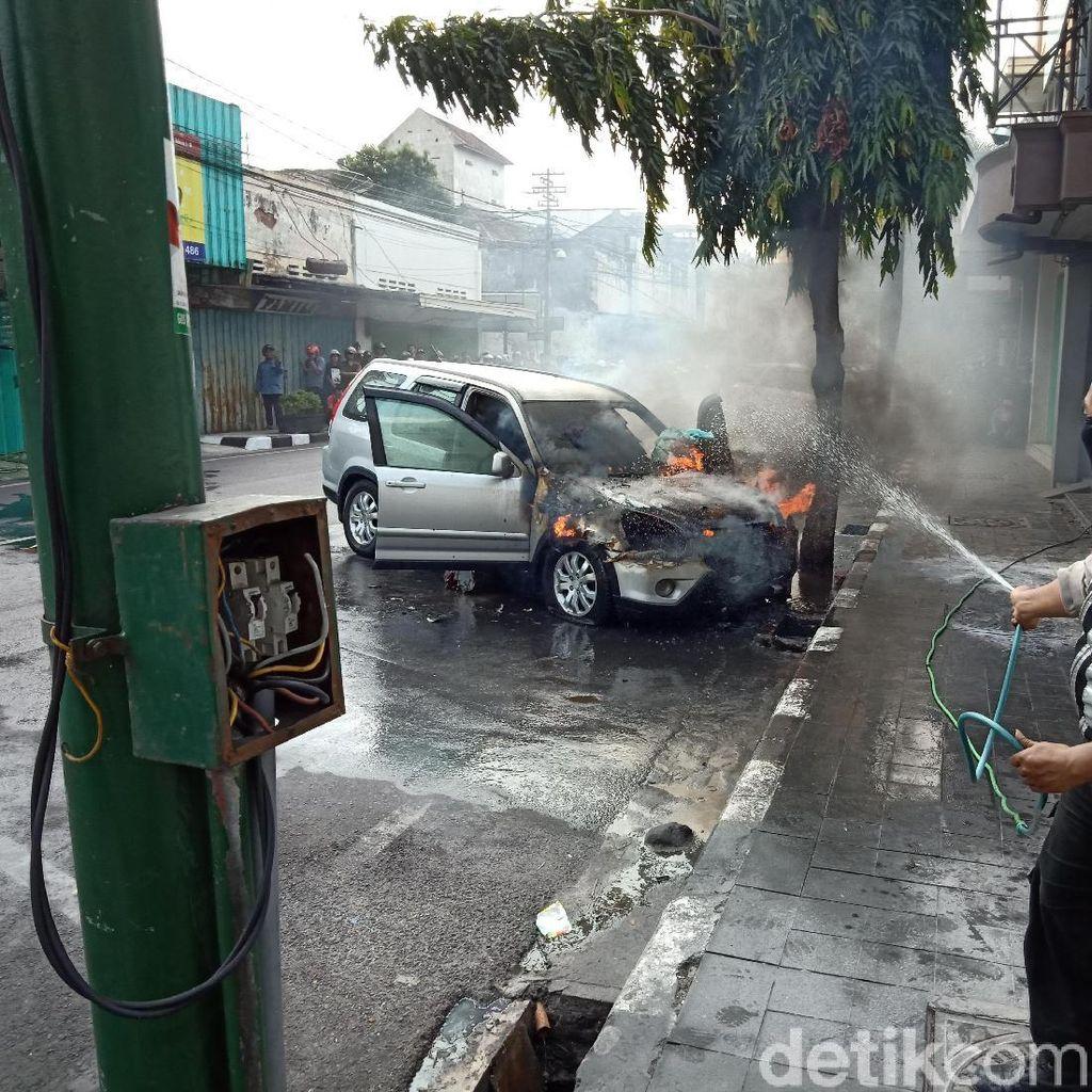 Video: Mobil Hangus Terbakar saat Diparkir dan Ditinggal Belanja