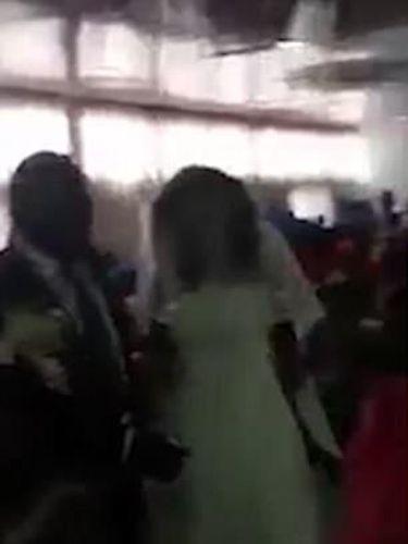 Wanita pakai gaun pengantin ngamuk dinikahan mantan kekasih