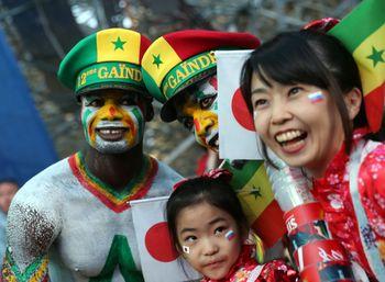 Aksi Simpatik Pendukung Jepang dan Senegal