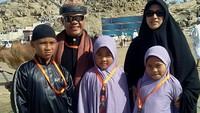 Kebersamaan Hari Moekti bersama sang istri dan anak-anaknya. Foto: Dok.Instagram/harimoekti