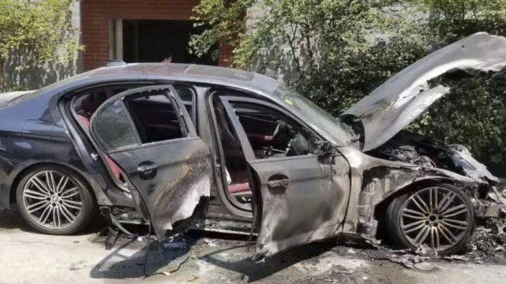 Pria China Bakar Dupa Dekat BMW Baru, Langsung Terbakar