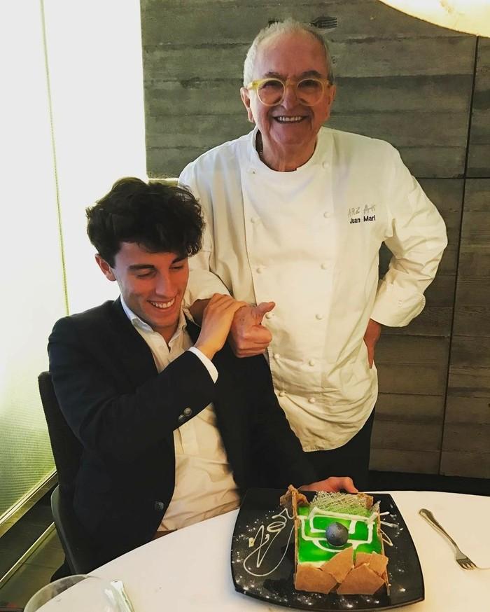 Menurut Alvaro, chef Juan Marl ini sangat genius. Lihat saja kue yang diberikannya itu. Kue bertema lapangan bola lengkap dengan bola berwarna hitam. Foto: Instagram alvaroodriozola