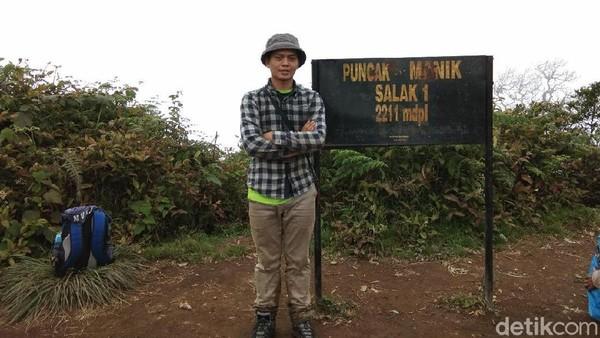 Sekitar 2 jam dari Pos Bayangan, barulah pendaki akhirnya bisa mencapai Puncak Manik. Puncak yang berada di ketinggian 2.211 mpdl ini sebenarnya hanya berupa tanah lapangan yang tak terlalu luas (Muhammad Idris/detikTravel)