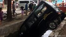 Sopir Banting Setir Karena Panik, Sebuah MPV Tercebur Sungai