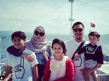 Lihat deh kecenya mereka saat berada di kapal untuk menyeberang ke tempat kekinian di Turki yakni Troya. (Foto: Instagram @fenitaarie)