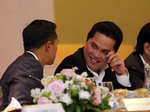 Komisaris Utama PT Intermedia Capital Tbk Anindya Novyan Bakrie (kiri) bersama Direktur Utama PT Intermedia Capital Tbk Erick Tohir (kanan) saat melakukan Rapat umum pemegang saham (RUPS) PT Intermedia Capital Tbk dan PT Visi Media Asia Tbk di Jakarta, Selasa (26/6). PT Visi Media Asia Tbk Pada Tahun 2017 perseroan mencatat pendapatan sebesar Rp 2,775 trilliun rupiah dari semula Rp 2,685 trilliun di Tahun 2016.