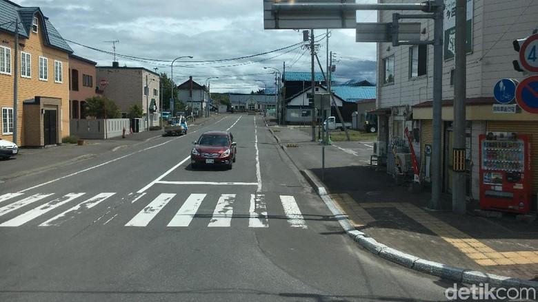 Jalanan di kawasan Shimukappu di Hokkaido Foto: Dina Rayanti
