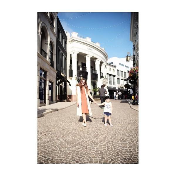 Ashanty foto bareng dengan Arsy di Beverly Hills. Kota ini dikenal sebagai rumahnya para bintang Hollywood lho! (ashanty_ash/Instagram)