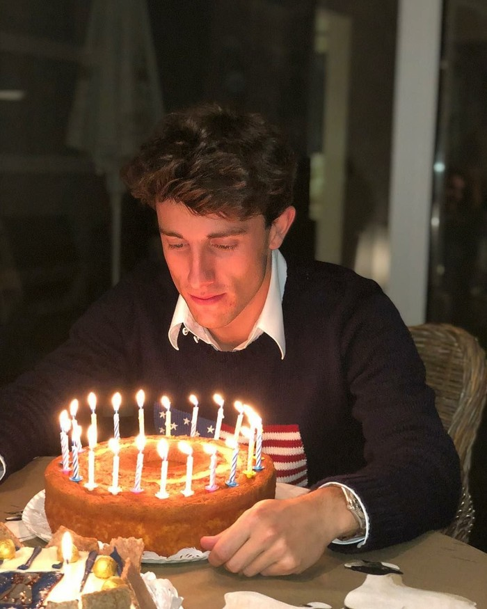 Bek timnas Spanyol ini baru berusia 22 tahun, lho. Begini perayaan ulang tahun ke 22nya tepat pada 14 Desember 2017 lalu. Bukan dengan kue mewah maupun cantik. Hanya ada kue bolu bentuk bulat yang dikelilingi lilin kecil. Foto: Instagram alvaroodriozola