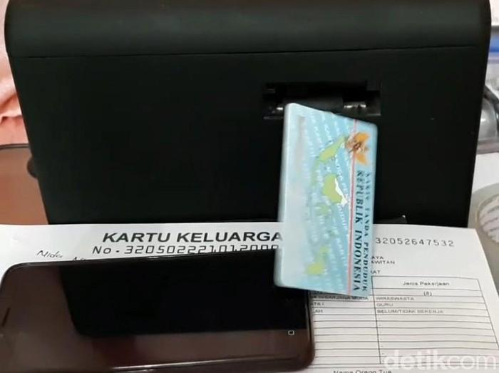 Sehari jelang pencoblosan, ratusan warga Garut masih antre membuat KTP elektronik, Selasa (26/6/2018). Khusus hari ini, pelayanan di Disdukcapil dibuka dari pukul 07.00 sampai 19.00 WIB.
