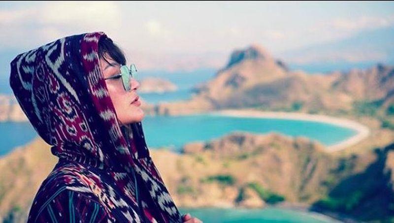Pedangdut Siti Badriah, beberapa waktu lalu mengunjungi Labuan Bajo. Ia traveling ke beberapa spot favorit di sana (sitibadriahh/Instagram)