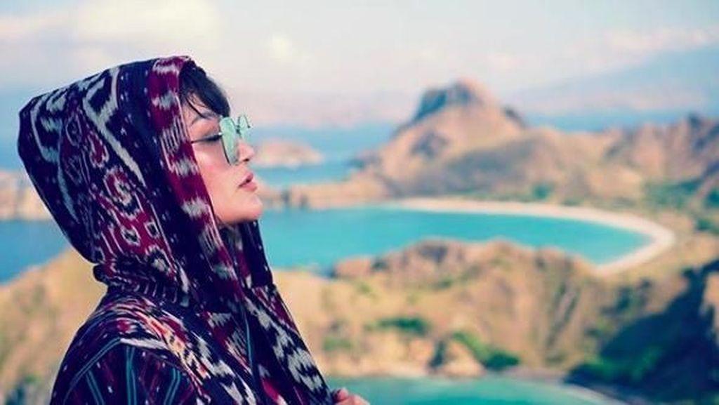 Foto: Saat Siti Badriah Nikmati Labuan Bajo