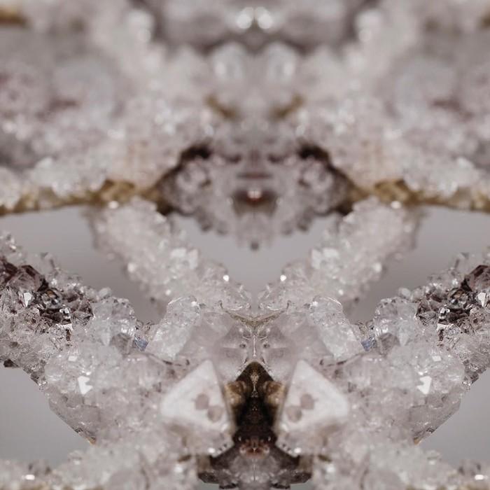 Alice memulai proyek ini untuk mengurangi pemakaian hiasan kristal yang terbuat dari plastik. (Foto: Instagram/alicenapotts)