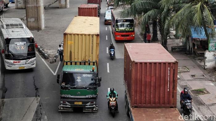 Aktivitas truk kontainer di Jakarta Utara kembali beroperasi. Kini truk-truk tersebut sudah memenuhi jalan di kawasan Tanjung Priok.