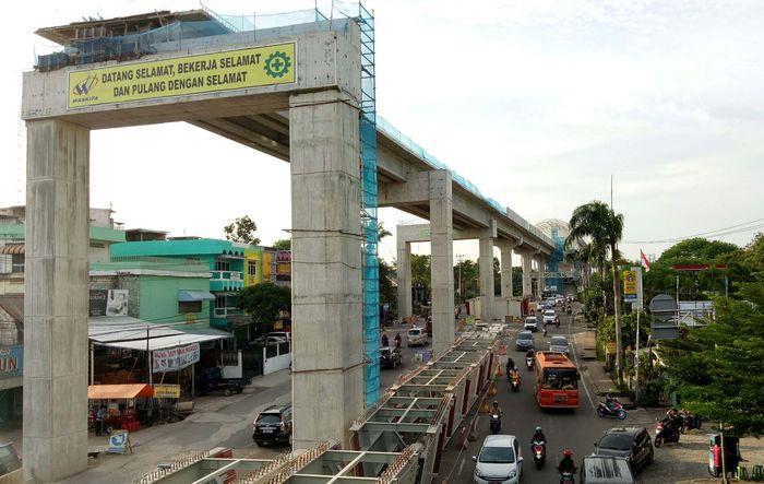 Tiang-tiang ini berdiri mulai dari Bandara Internasional Sultan Mahmud Badaruddin II hingga ke Jakabaring. Raja Adil Siregar/detikcom.