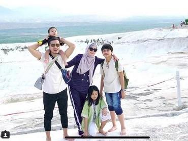 Seperti liburan di Turki memberi kesan tersendiri, sehingga keluarga ini berencana datang ke sini lagi lho, Bun. Hi-hi, mau ikut dong... (Foto: Instagram @ariekuntung)