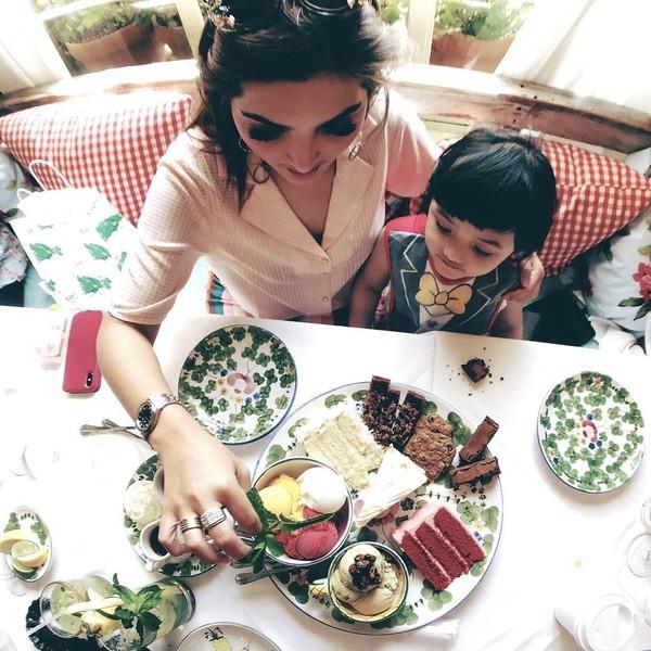 Selanjutnya, A6 juga menikmati kuliner California di The Ivy. Restoran mewah ini memang terkenal dengan tampilan sajiannya yang mewah dan sering dikunjungi selebriti. (ananghijau/Instagram)