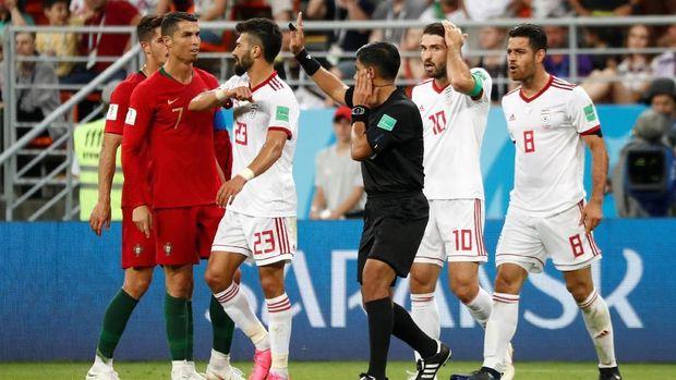 Para pemain timnas Iran memprotes wasit dalam pertandingan melawan Portugal, di Mordovia Arena, Saransk, Rusia, 25 Juni.