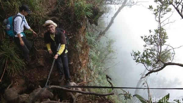 Hampir sebagian besar pendaki memilih menggunakan Jalur Cidahu. Dari Cidahu, jalan menuju puncak memiliki panjang 9 kilometer, di mana setiap 100 meternya sudah dipasang penanda dan petunjuk jalan yang cukup rapi oleh pengelola Taman Nasional Gunung Halimun-Salak (Muhammad Idris/detikTravel)