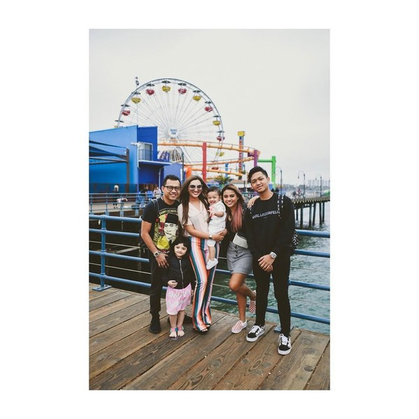 Anang Hermansyah juga foto bersama dengan anak istrinya dengan latar bianglala di Pacific Park. Taman bermain ini berada di Santa Monica. (ashanty_ash/Instagram)