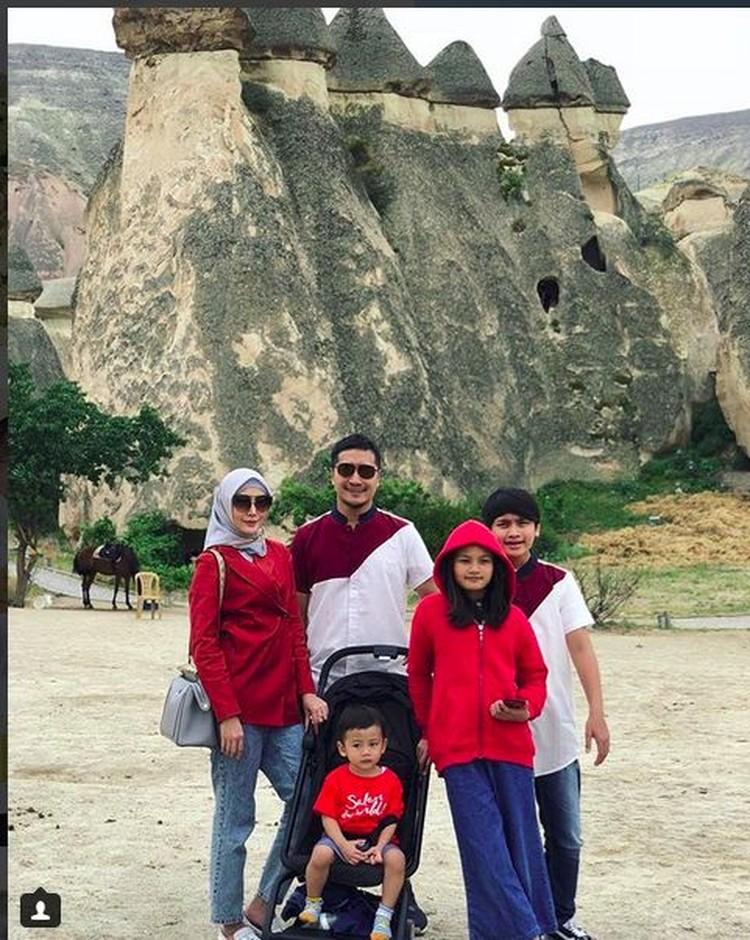 Presenter Arie Untung sekeluarga mengisi liburan kali ini dengan traveling ke Turki. Bersama anak-anaknya, mereka menikmati Cappadocia, tempat yang terkenal di Turki. (Foto: Instagram @fenitaarie)