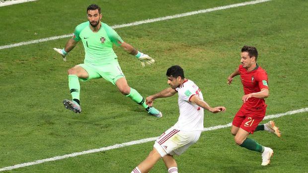Pemain timnas Iran Mehdi Tarem menendang bola ke arah gawang Portugal di menit akhir pertandingan, di Mordovia Arena, Saransk, Rusia, 25 Juni.